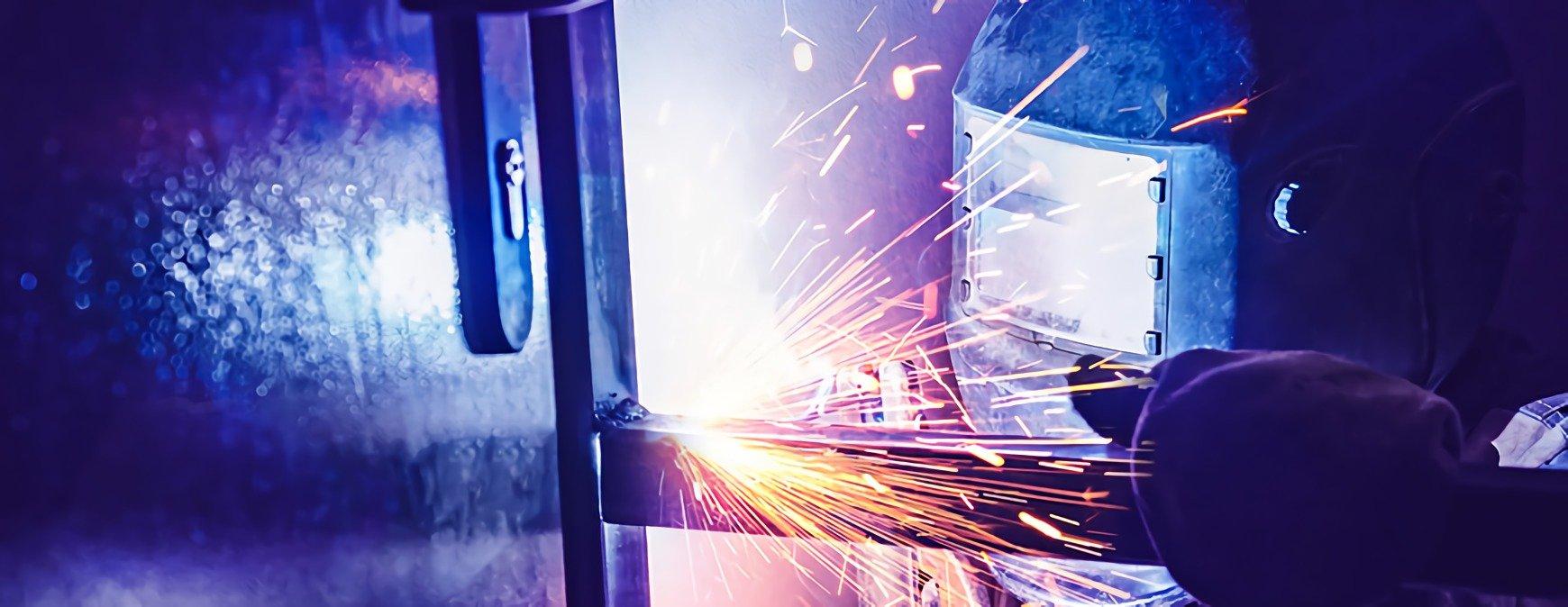 welder using pulsed welding